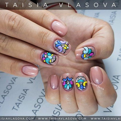 Идея нюдового дизайна ногтей с цветным декором sweet bloom и стразами