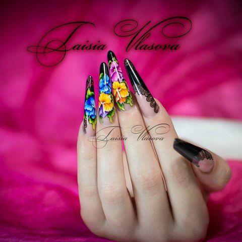 Дизайн ногтей черного цвета с ярким рисунком - анютины глазки на ногтях