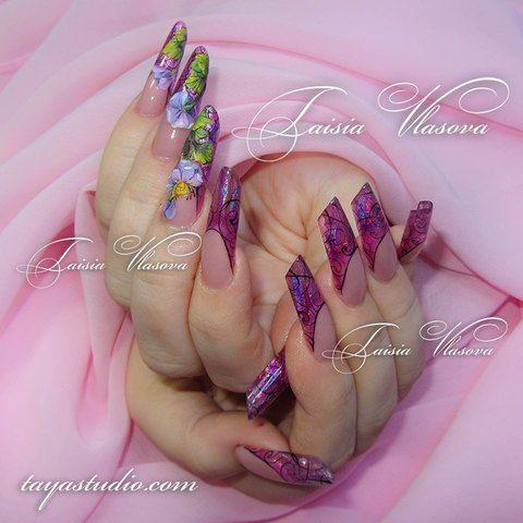Дизайн ногтей арт-френч с ромашкой, фиолетовым витражным эффектом и черными вензелями