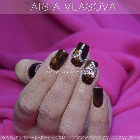 Идея дизайна ногтей с коричневым кошачьим глазом, стразами и бульонками - магнитный маникюр квадратной формы