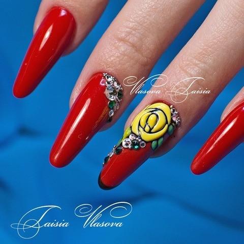Вариант дизайна ногтей красного цвета с желтыми розами и стразами