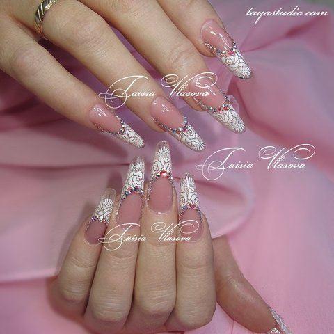 Дизайн ногтей с белыми кружевами и стразами сваровски
