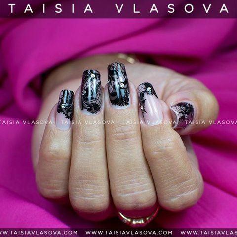Дизайн ногтей с черным кружевным рисунком