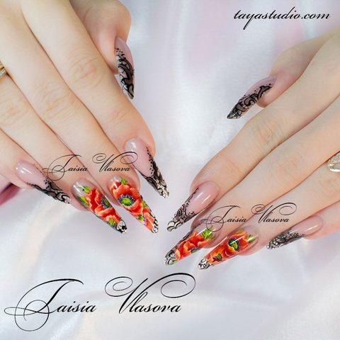 Дизайн ногтей с черным кружевом и маками