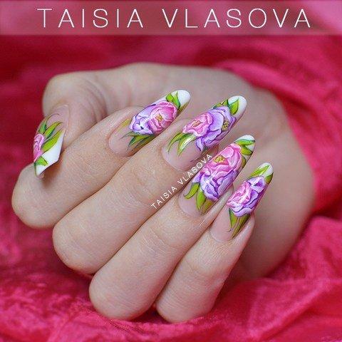Вариант дизайна ногтей с цветами - маникюр с пионами