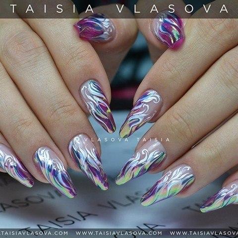 Блестящий дизайн ногтей с радужной втиркой и белым рисунком