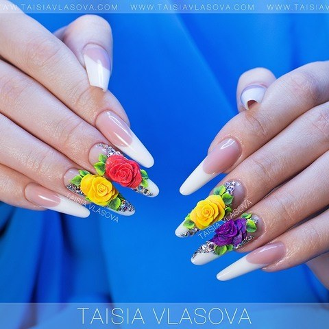 Красивый дизайн ногтей с розами, стразами и бульонками - белый френч с инкрустацией и аркиловой лепкой