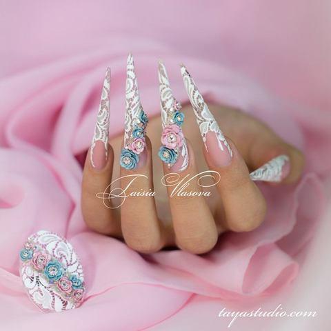 Дизайн ногтей стилет с шиарным декором: акриловые цветы, стразы и бульонки, белое бархатное кружево