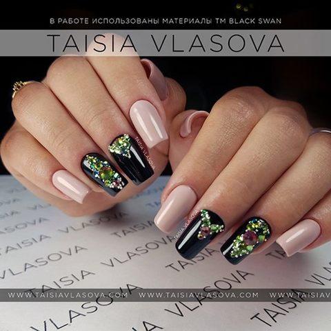 Двухцветный дизайн ногтей со стразами и бульонками - нюдово-черный маникюр