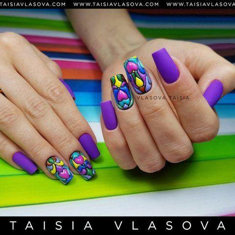 Яркий фиолетовый дизайн ногтей с сердцами