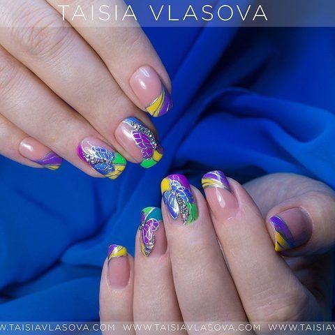 Идея дизайна ногтей с бабочками - яркий короткий маникюр лето 2017
