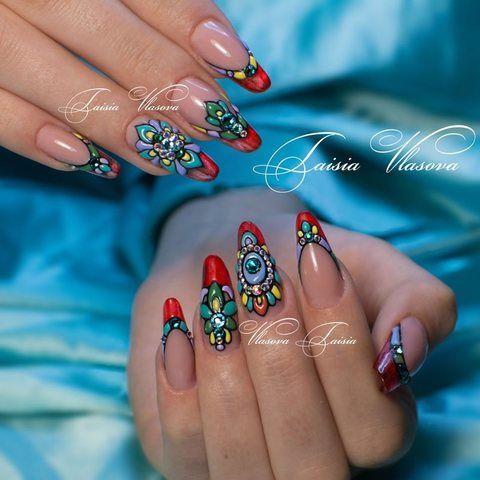Яркий дизайн ногтей - стразы, свит блум и красный свободный край