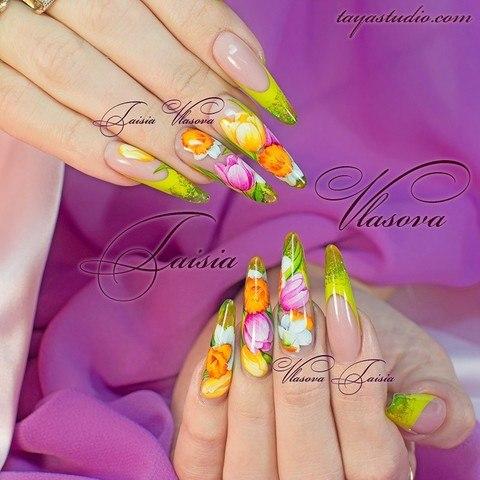 Яркий дизайн ногтей френч с тюльпанами и нарциссами