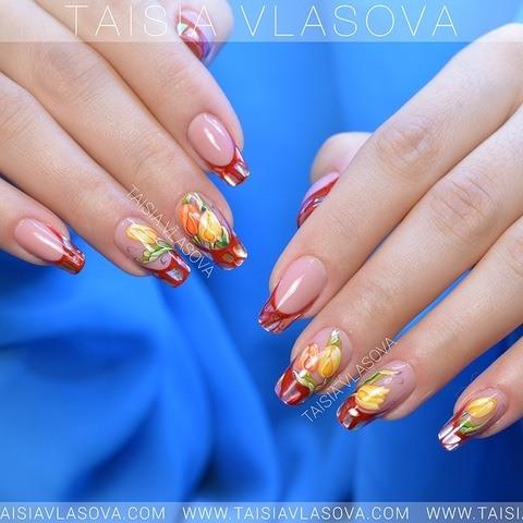 Красный френч со слюдой и цветами - идея весеннего дизайна ногтей с тюльпанами