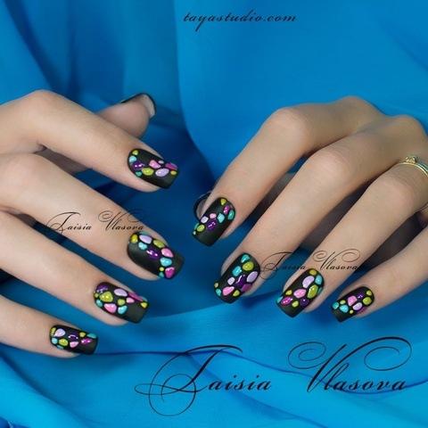 Дизайн ногтей черного цвета с разноцветным декором - маникюр с матовыми и глянцевыми элементами дизайна