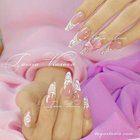 Нежный дизайн ногтей с розовым бантом и белым кружевом - маникюр с ажурным декором
