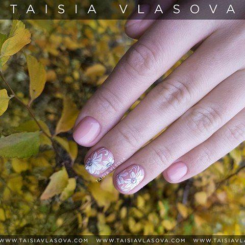 Нежный дизайн ногтей с цветами
