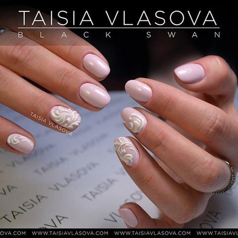 Нежный розовый дизайн ногтей с рельефными вензелями