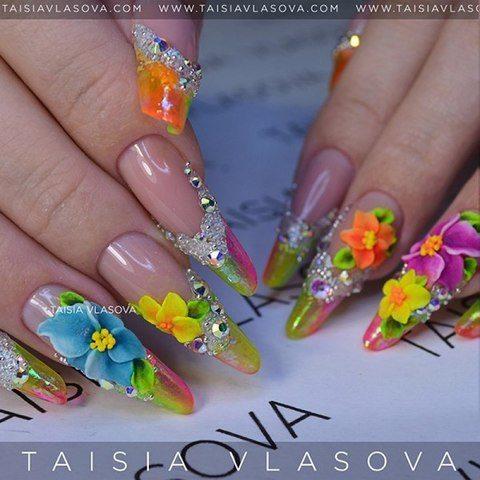 Шикарные яркие длинные ногти с объемными цветами из акрила, стразами и бульонками