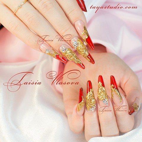 Шикарный дизайн ногтей с золотыми розами и стразами
