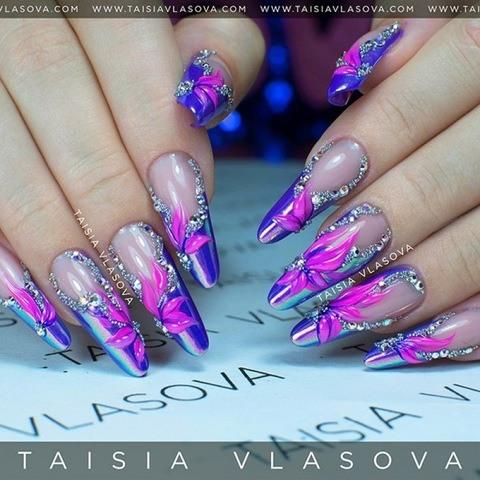 Шикарный дизайн ногтей с радужной втиркой, стразами и рельефными цветами