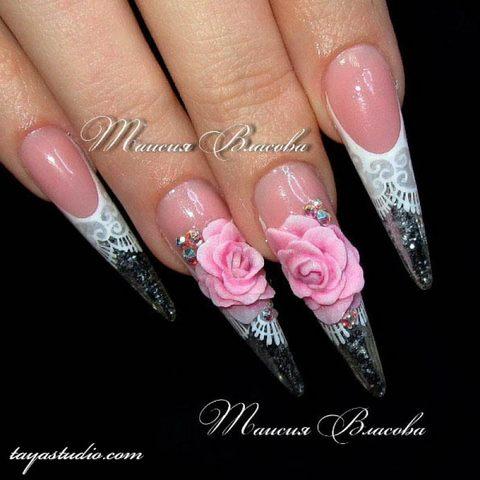 Свадебные длинные ногти формы стилет с белым кружевом и объемными розами