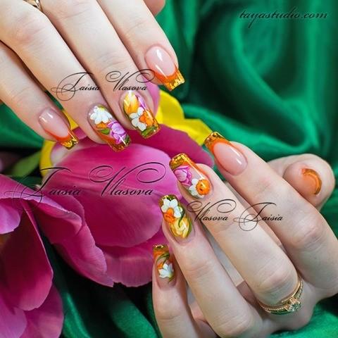 Весенний французский маникюр с тюльпанами и нарциссами - дизайн ногтей весна