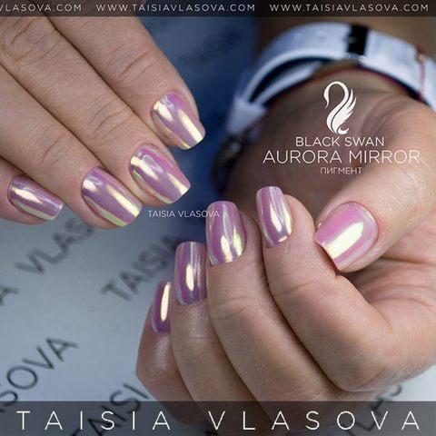 Зеркальный дизайн ногтей: короткий маникюр квадратной формы с радужным пигментом-втиркой Aurora Mirror Black Swan