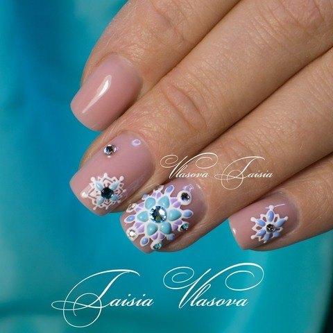 Зимний дизайн ногтей со снежинками в технике свит блум (sweet bloom)
