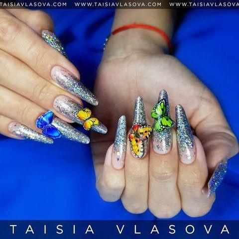 Бабочки на длинных ногтях