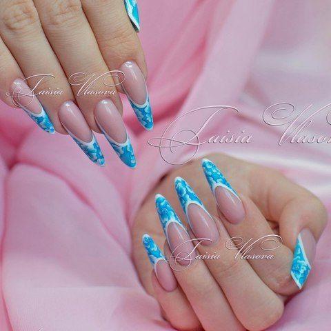 Бело-голубой дизайн ногтей френч - французский маникюр с нежным рисунком на ногтях формы современный миндаль