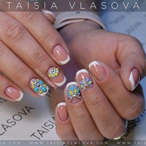 Белый французский маникюр на коротких натуральных ногтях квадратной формы со стразами и цветным дизайном разными гелями sweet bloom
