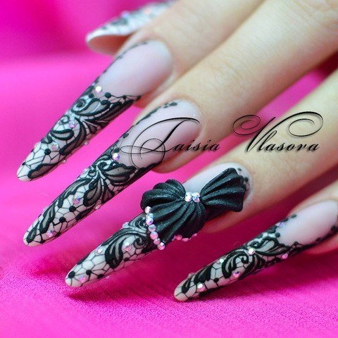 Дизайн длинных ногтей с черным рельефным кружевом