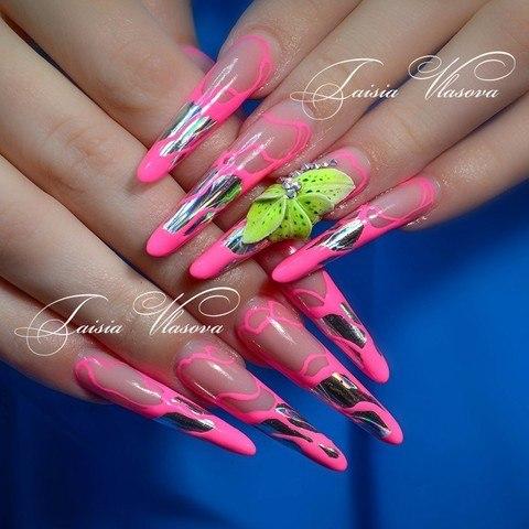 Дизайн длинных ногтей розового цвета с фольгой, объемным ярко-зеленым цветком и стразами