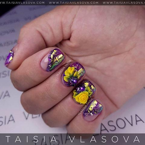 Дизайн коротких ногтей с объемными желтыми розами, стразами, рельефными вензелями и радужной втиркой