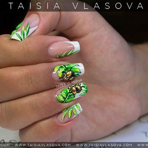 Дизайн ногтей Dolce Gabbana - белый французский маникюр с банановыми листьями и золотыми жуками