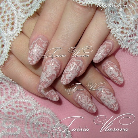 Дизайн ногтей миндальной формы с белым кружевом - маникюр с ажурной росписью