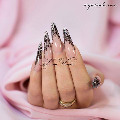 Дизайн ногтей с черным кружевом