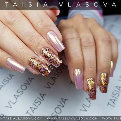 Дизайн ногтей с золотыми вензелями