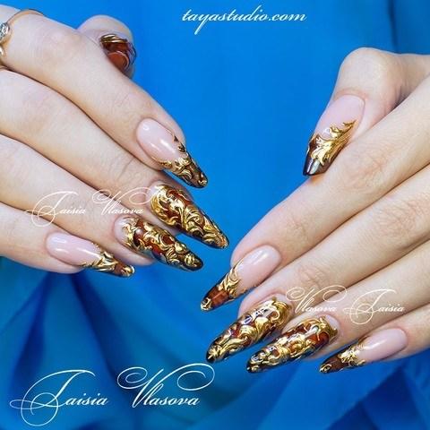 Дизайн ногтей с объемными золотыми вензелями