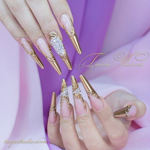 Длинные золотые ногти со стразами и вензелями