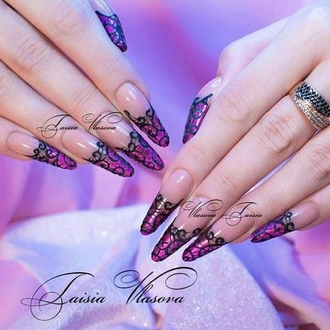 Фиолетовый дизайн ногтей с черным бархатным рисунком