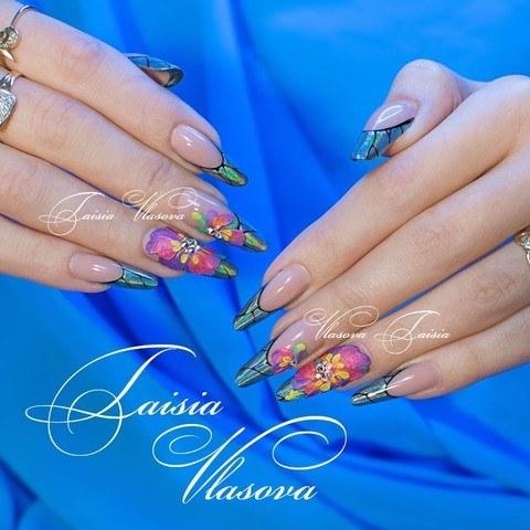 Дизайн ногтей с пигментом, акриловой лепкой и стразами