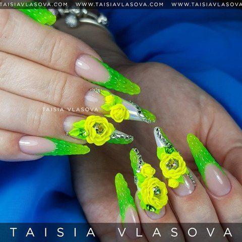 Яркие длинные ногти: зеленый френч, объемные цветы, стразы и радужная втирка