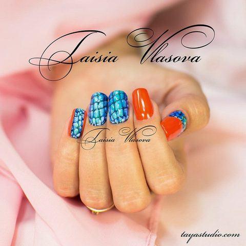 Короткий оранжево-синий маникюр - оригинальный яркий дизайн ногтей