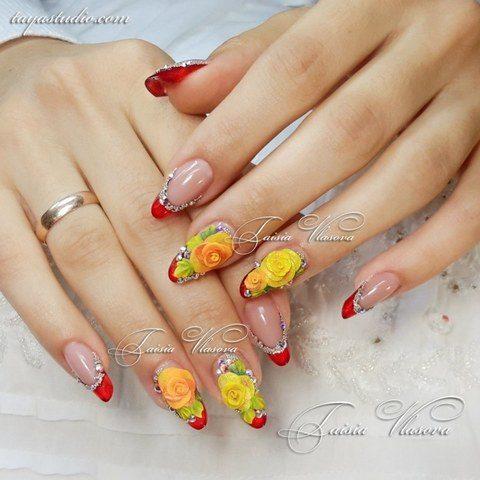 Шикарный красный короткий маникюр с инкрустацией стразами и желтыми розами