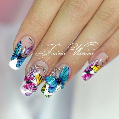 Красивый летний маникюр с разноцветными бабочками на ногтях квадратной формы
