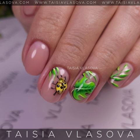 Летний маникюр на коротких натуральных ногтях с божьей коровкой и тропическими листьями