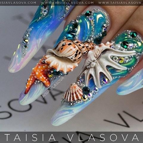 Морской дизайн длинных ногтей со стразами, волнами, ракушками и морскими звездами