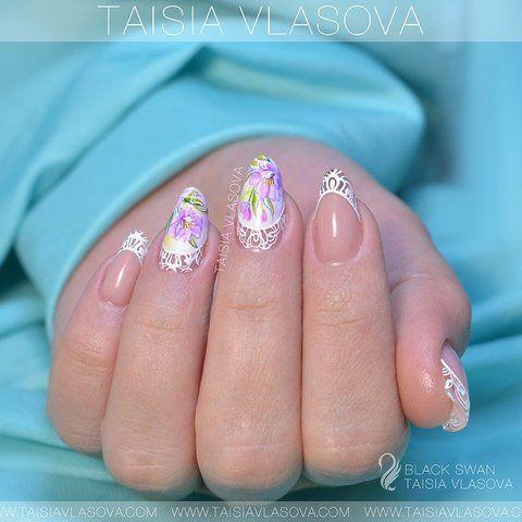Нежный дизайн ногтей с акварельной росписью гель-лаками и кружевным декором гель-пастой